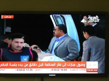 Foto su Twitter di Sultan Al Qassemi: Mubarak arriva in tribunale