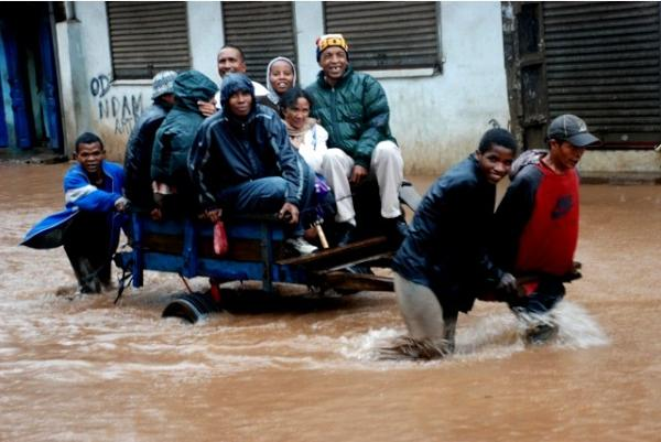 Citizens helping each other and still smiling despite the flood during Cyclone Giovanna by Twitter user @aKoloina