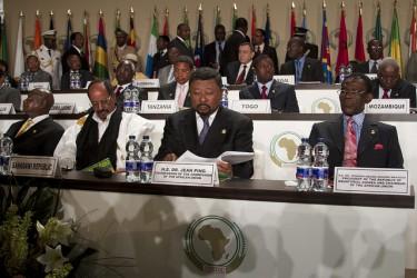 رئيس غينيا الاستوائية تيودور أوبيانج مع رئيس الاتحاد الأفريقي جان بينج في مالابو. تصوير سفارة غينيا الاستوائية