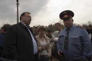 زعيم المعارضة، جينادي جودكوف يقف بجانب الشرطة في مظاهرة في غابة خمكي في 19 إبريل / نيسان 2012. تملك عائلة جودكوف شركة أمن خاصة أغلقتها الحكومة مؤخراً. تصوير داينال بيلينسون على فليكر تحت رخصة المشاع الإبداعي