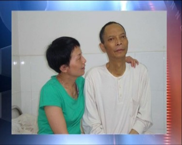 Li Wangyang and his sister in the hospital. Screen capture of Hong Kong Now TV news.