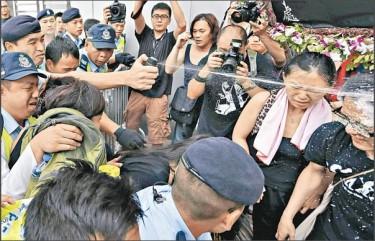 La polizia disperde i manifestanti dal palazzo del governo cinese.