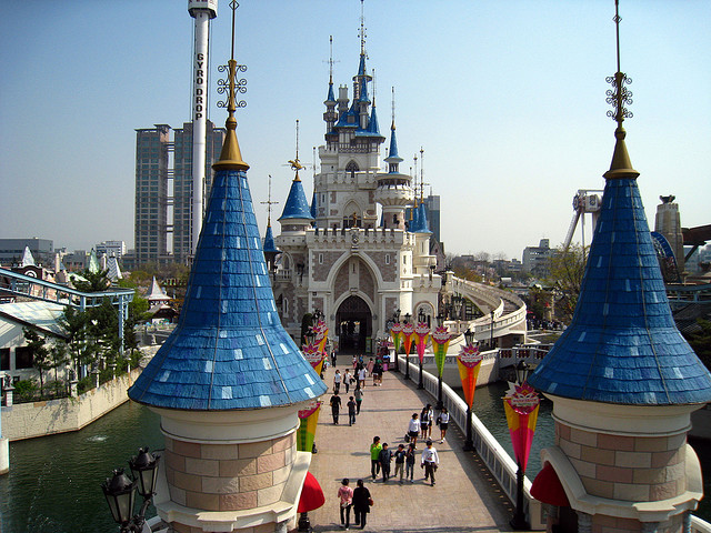 Image of Lotte World, Image by Flickr User ☺Yoshi☠(CC-BY 2.0)
