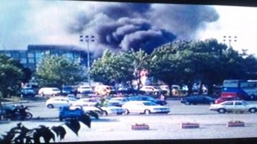 Una colonna di fumo si alza dall'esterno dell'aeroporto teatro dell'attentato