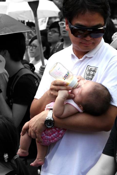 padre nutre neonato