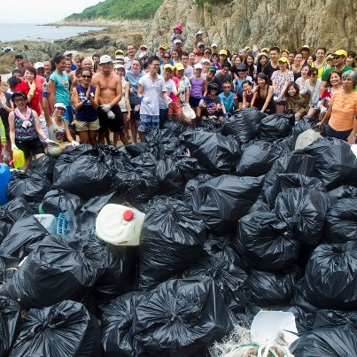 More than a hundred volunteers showed up at Shek O beach on August 12, 2012. Photo from Plastic Disaster on Facebook.
