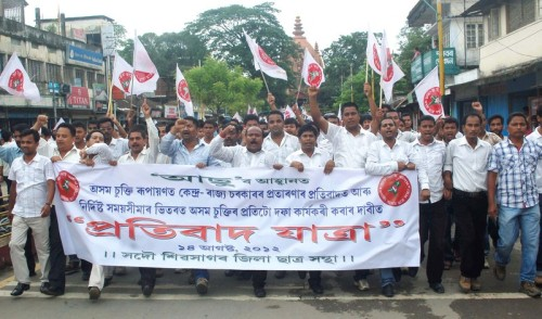 Some 3,000 members of AASU (All Assam Student Union) in Sivasagar district held a protest rally demanding implementation of the Assam Accord, the non-implementation of which they say has given illegal immigrants an easy way to settle in Assam. Image by Manash jyoti Dutta. Copyright Demotix (14/8/2012).