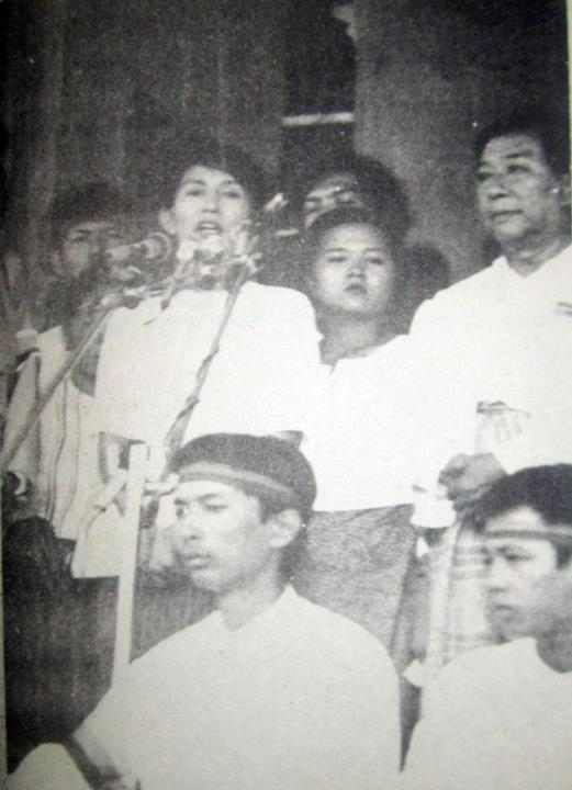 Daw Aung San Suu Kyi giving a speech at Shwedagon pagoda in 1988. Image by Myanmar Political Review on Facebook.