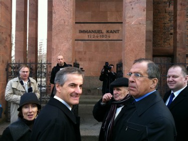 German Foreign Minister Jonas Støre and Russian Foreign Minister Sergei Lavrov in front of the tomb of philosopher Immanuel Kant. Kaliningrad, Russia. 7 March 2011, photo by Utenriksdepartementet UD, CC BY-SA 2.0.