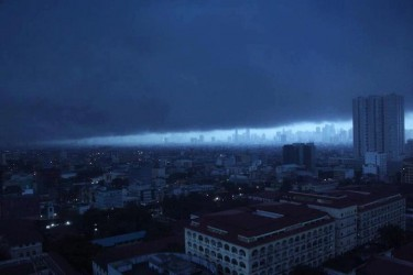 Dark clouds hover above downtown Manila. Photo from Facebook page of Lorrelyn Ocampo.
