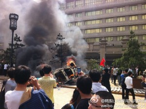 Protesters set fire to a car in Xian. Photos from Free more news.