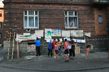 Residents of Přednádraží and activists get ready for an anticipated raid. Photo by Daniela Kantorova.