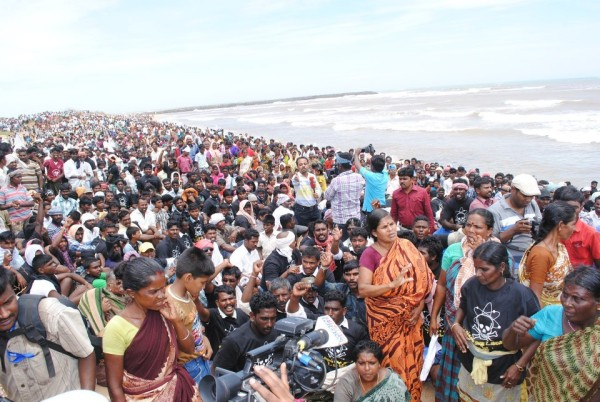 Thousands of villagers protesting at the beach. Image by Anthony kebiston Ferando, courtesy Dianuke.org