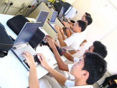 Young Singapore Internet users, photo from Flickr page of markhsx (CC BY-NC-ND 2.0).