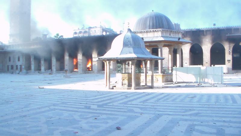 Siria - Aleppo - Città Vecchia - 13 ottobre 2012 - Distruzione e incendi seguiti ai bombardamenti sulla Moschea degli Omayyadi