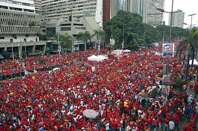 Hugo Chavez closes his campaign in Caracas