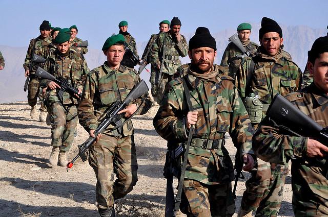 L'esercito afghano (ANA). Foto di Lt. Sally Armstrong, rirpesa da Helmand Blog su Flickr (CC BY-NC-ND 2.0)