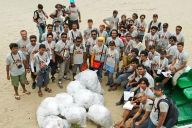 ساحل سمندر کی صفائی کے عالمی دن کے موقع پر رضاکار جمع کیے گئے ملبہ کے ساتھ کاکس بیچ پر موجود ہیں. تصویر از اسماعیل فردوس