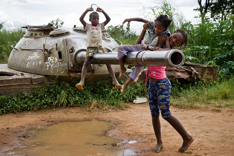 Children playing with an old abandoned tank from the Angolan Civil War in Kuito, Bi Province. Photo by Bruno Abarca copyright Demotix (11/03/2012)