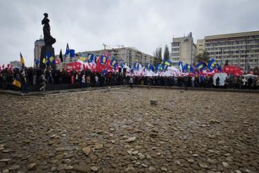 حشود المعارضة المتحدة والحرية خارج لجنة الانتخابات المركزية