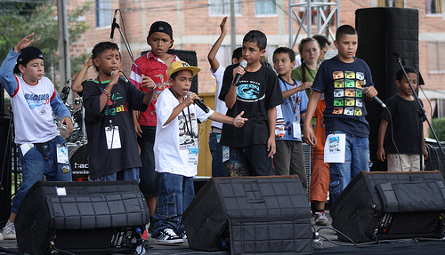 Children from an outreach project by Élite Hip-Hop, a group of rappers from Comuna 13 which El Duke belonged to. Photo by Agencia de Prensa IPC on Flickr  (CC BY-NC-SA 2.0)
