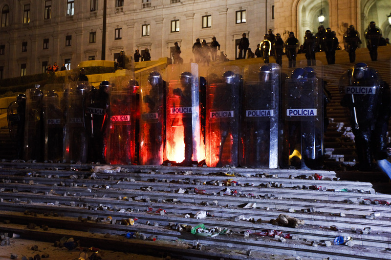 Police barrier in front of the Portuguese parlament at the chashes during the Portuguese general strike on November, 14 against the austerity measures. Photo by Pedro Nunes copyright Demotix (14/11/2012)