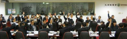 Members for the Taipo District council raised their hand in support of the artificial beach project. Photo used with permission from inmediahk.net.
