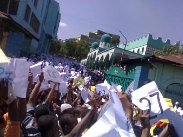 Les musulmans éthiopiens protestaient le 7 Décembre 2012 à la mosquée Grand-Anwar contre l'ingérence du gouvernement dans leurs affaires. Le numéro 27 fait référence l'article de la Constitution éthiopienne sur la liberté de religion dans Crédit photo Dimtsachin Yisema sur Facebook