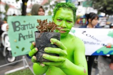 مشاركة طلاب جامعيون في حملة زراعة الأشجار في يوجيكارتا