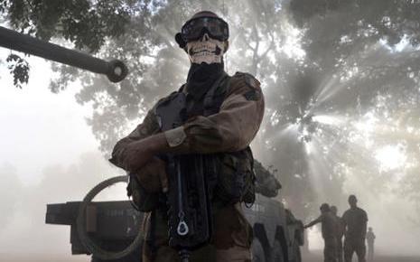 7757197510_le-foulard-representant-une-tete-de-mort-donne-au-soldat-des-faux-airs-de-ghost-un-personnage-du-jeu-video-de-guerre-call-of-duty