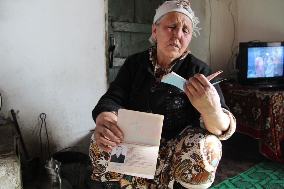 ولدت هذه المرأة في قرجيزستان. تملك جواز سفر من طاجيكستان لكنها لا تعرف إلى أين تنتمي تحديدا. تصوير جولزهان توردوبايفا، استخدمت بإذن.