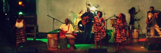 El legendario Dilon Djindji durante su actuación en el Festival de la Marrabenta. Foto afribuku.