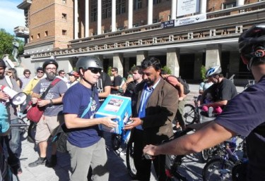 Handing in the signatures to authorities. Image by Gente En Bicicleta Uruguay from Facebook (CC).