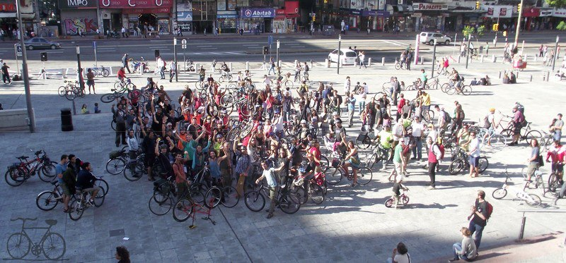 Gathering of cyclists in front of the City Hall Montevideo, Uruguay, to demand bike lines. Image by Roger Tijman from Facebook (CC).