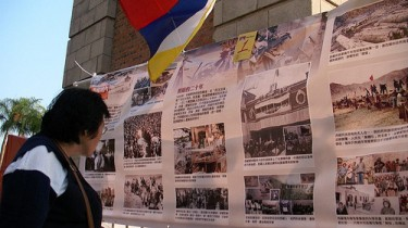 Exhibition on Tibet human right situation during the assembly. Photo from inmediahk.net (CC: AT-NC)