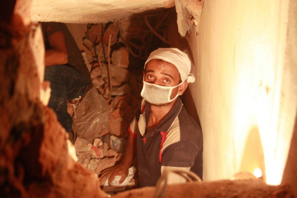 Volunteers inside the collapsed building trying to rescue trapped workers. Image by Rehman Asad. Copyright Demotix (24/4/2013)