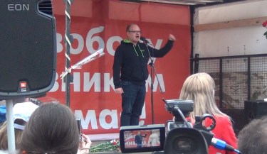"Journalist Oleg Kashin singing cult punk classic ""Everything is According to Plan"" in lieu of a speech. YouTube screenshot, May 6, 2013."