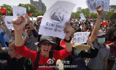 Residents marched along a street on the outskirts of Shanghai on May11, 2013 to oppose plans for a lithium battery plant. (Image from Sina Weibo)