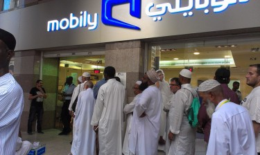 A line of people outside a Mobily office in Medinah, Saudi Arabia on October 16, 2012. Photo by Kashif Aziz.(CC-BY-Attribution 2.0 Generic)