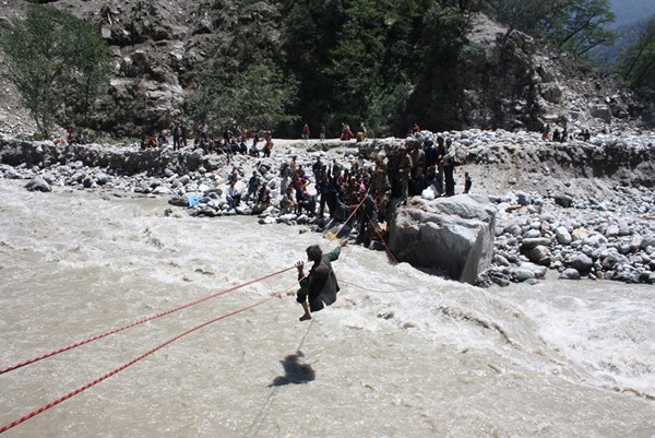The Indian army is attempting to evacuate residents from the flood ravaged Uttarakhand. Image by Prabhat Kumar Verma. Copyright Demotix (20 June 2013)