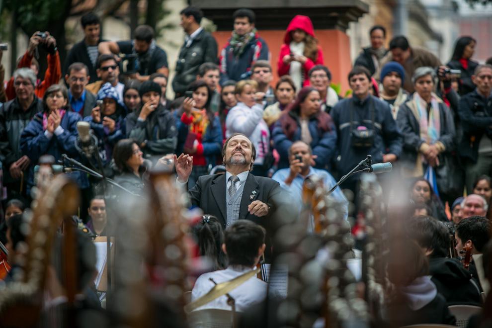 سيزار كاتالدو خلال قيادته لأوركسترا من ٤٠٠ عازف لحفلٍ في الذكرى ٤٧٥ لأسونسيون، تصوير تيتسو اسبوسيتو.