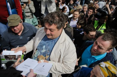 "Dmitri Bykov at the ""Control Stroll"" in Moscow, 13 May 2012, photo by Evgeniy Isaev, CC 2.0."