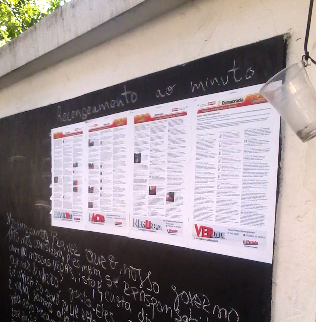 Messages left by passers-by in the People´s Wall of Maputo - an extensive outer wall of the building housing @Verdade Newspaper  - are transcribed to a blog and vice-versa: a selection of online messages is posted in print in the wall.