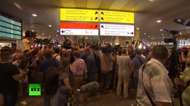 A mob of journalists descended on Sheremetyevo airport Friday for the Snowden press conference. YouTube screenshot.