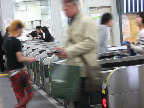 People using pre-paid E-ticket to pass the entrance of JR line. Photo by flickr user mikeleeorg ( CC-BY-NC-ND 2.0)