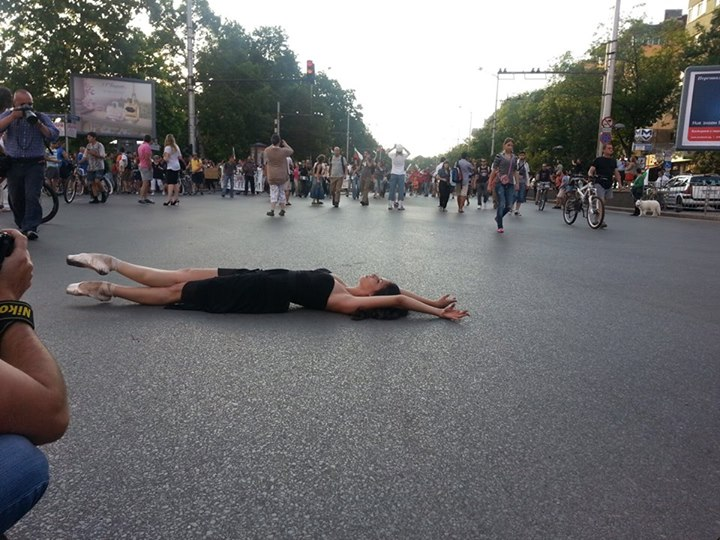 A ballet dancer performing on the streets in a sign of solidarity with the Sunday protests; photo by Ivo Mirchev, used with permission.