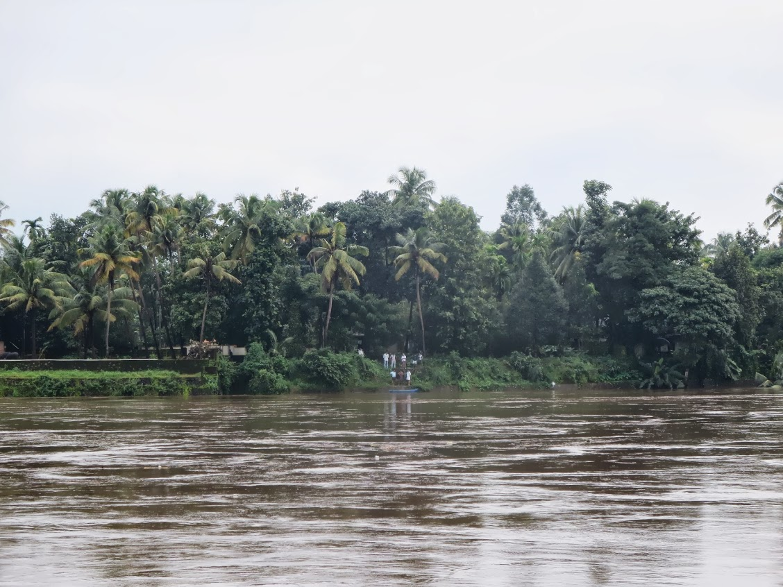 People who live in the opposite shore observing the rising river. Image courtesy: Renuka Arun, used with permission. https://plus.google.com/u/0/113471416255727012804