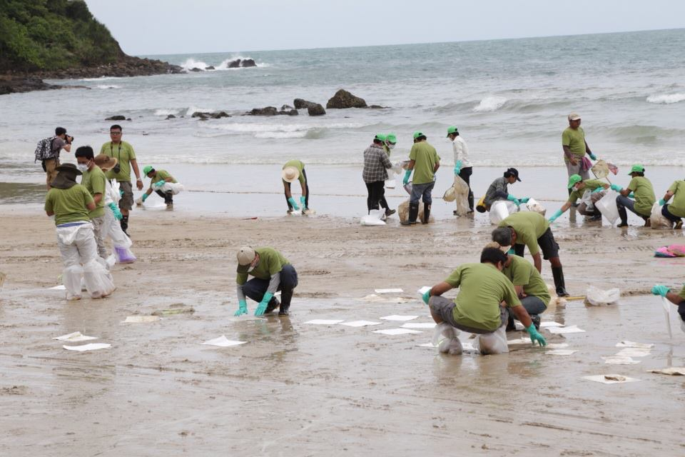 Oil spill clean-up. Photo from Facebook of Richard Barrow