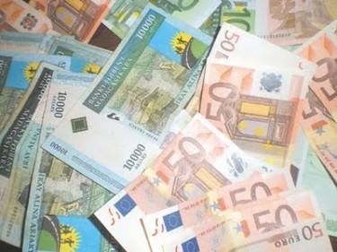 malagasy Ariary and Euros via  Teraka Andriatsoa blog - Public Domain