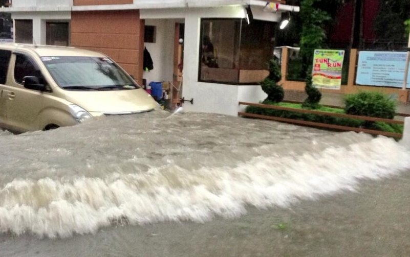 A flooded village south of Manila. Photo from @erwinlouis